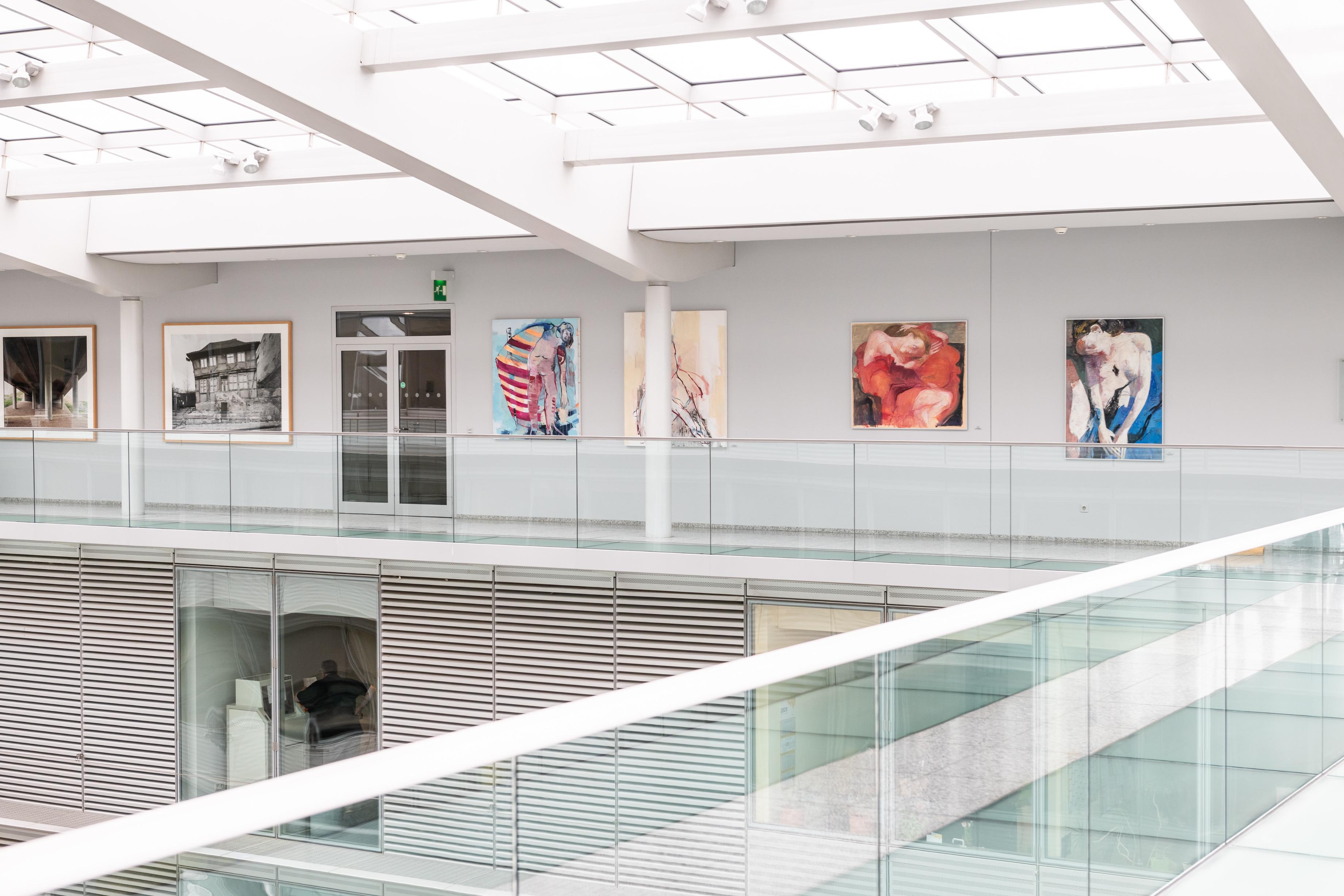 Blick auf die Galerie im VNG Hauptgebäude (Foto: Eric Kemnitz)